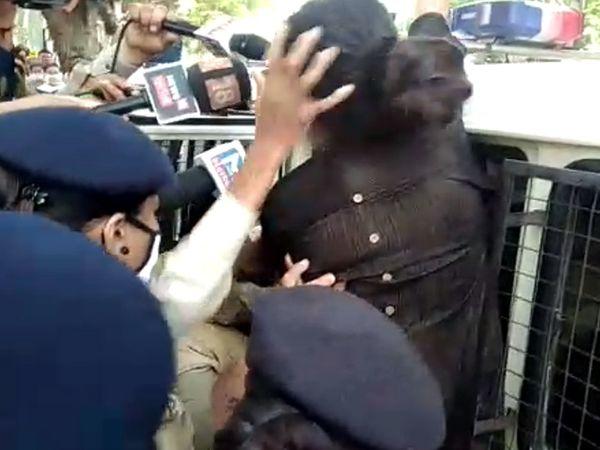 પોલીસે રેશમા પટેલને વાળ પકડી પોલીસવેનમાં બેસાડી દીધી. - Divya Bhaskar