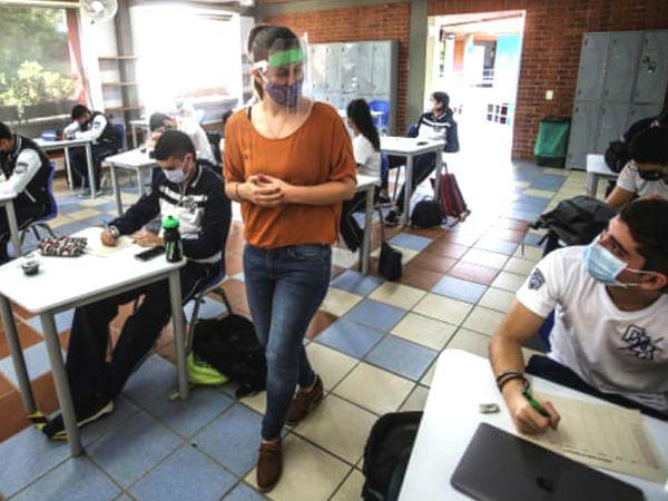 કોલંબિયાના કૈલીમાં શૈક્ષણિક સંસ્થાઓ ખૂલી છે. વિદ્યાર્થીઓ અને શિક્ષકો ગાઇડલાઇન્સનું ધ્યાન રાખી રહ્યા છે.