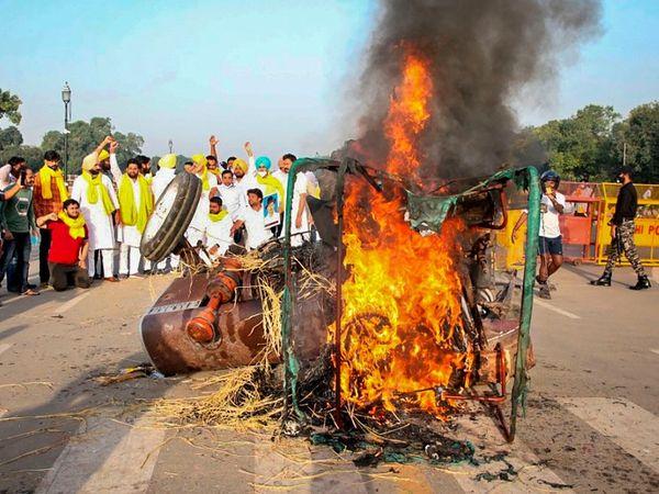 પંજાબ યૂથ કોંગ્રેસના કાર્યકરોએ સોમવારે દિલ્હીમાં ટ્રેક્ટર સળગાવીને પ્રદર્શન કર્યું હતું. મોદી કહે છે કે ખેડૂતો ખેતીથી જોડાયેલાં સાધનોની પૂજા કરે છે. - Divya Bhaskar