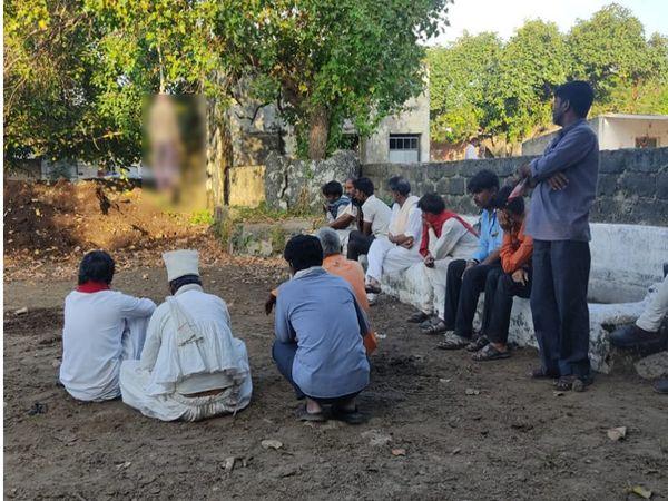 દ્વારકાના વરવાળા ગામે ઝાડ સાથે યુવાનનો લટકતો મૃતદેહ જોઈ ગ્રામજનો એકત્ર થઈ ગયા હતા - Divya Bhaskar