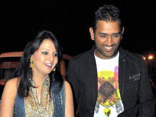 મહેન્દ્રસિંહ ધોની અને તેની પત્ની સાક્ષીનો ફાઇલ ફોટો. - Divya Bhaskar