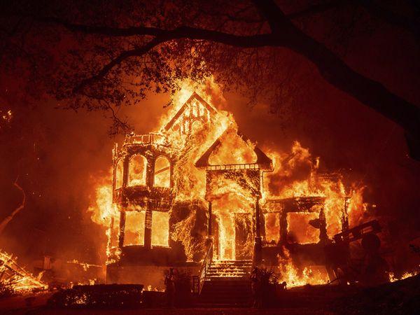 તસવીર કેલિફોર્નિયાના સેન્ટ હેલેનાની છે. અહીં આગની લપેટમાં આવતાં અનેક મકાનો રાખ થઈ ગયાં હતાં. - Divya Bhaskar