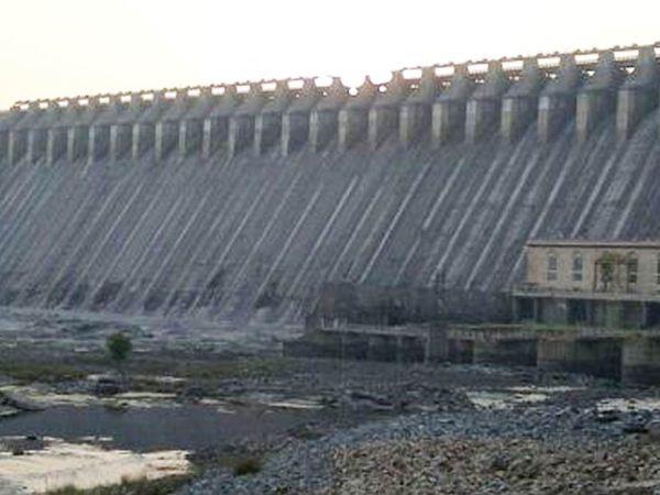 ઉકાઈ ડેમ છલોછલ ભરાતા બે વર્ષ સુધીની પાણી સમસ્યા હલ થઈ ગઈ છે. - Divya Bhaskar
