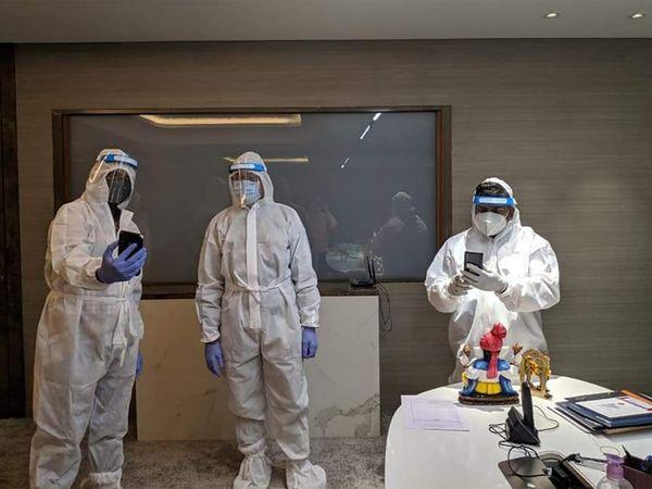 PPE કિટ પહેરીને પોપ્યુલર ગ્રુપના બિલ્ડર રમણ પટેલની ઓફિસમાં રેડ કરી રહેલા આવકવેરા વિભાગના અધિકારીઓ - Divya Bhaskar