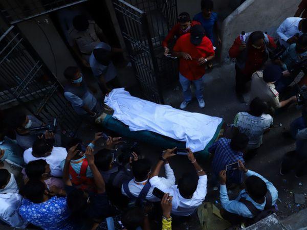હાડપિંજર દિવાલમાંથી કાઢી સિવિલ હોસ્પિટલ ખાતે પોસ્ટમોર્ટમ અર્થે ખસેડવામાં આવ્યું હતું. - Divya Bhaskar