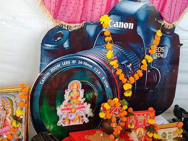 ગીર સોમનાથમાં કેમેરામાં લક્ષ્મી માતાજીને બિરાજમાન કરી પૂજા કરવામાં આવી - Divya Bhaskar