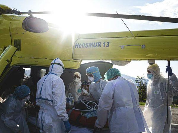 ફ્રાન્સના પેરિસ શહેરમાં ગુરુવારે એક ગંભીર દર્દીને હેલિકોપ્ટરથી હોસ્પિટલ લાવવામાં આવ્યો. ફ્રાન્સ સરકારે દેશમાં લોકડાઉન બે સપ્તાહ વધારવાનો નિર્ણય કર્યો છે. - Divya Bhaskar
