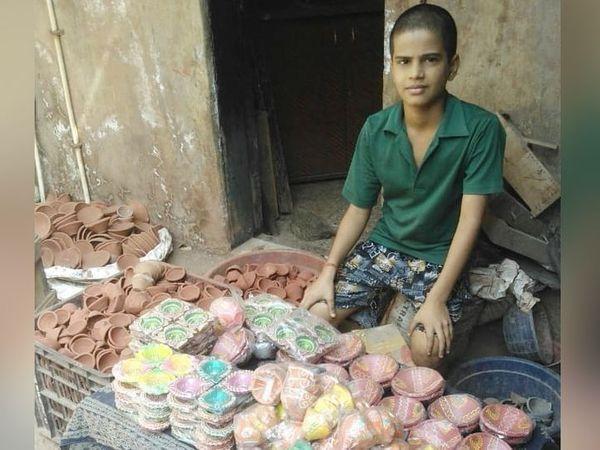 કુંભારવાડામાં નાના-નાના વેપારી છે, જેમના માટે દિવાળી કમાણીની સૌથી મોટી તક હોય છે. આખોય પરિવાર આ કામમાં લાગી જાય છે, આ વખતે બધું મંદું છે. - Divya Bhaskar