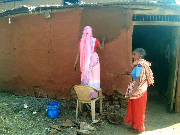નસવાડીના ખોડિયા ગામે મહિલા કાચા ઘરને માટીથી લીંપણ કરે છે. - Divya Bhaskar