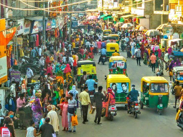 પાલનપુરમાં કોરોનાનું સંક્રમણ વધી રહ્યું છે. પાલનપુર શહેરમાં દિલ્હીગેટ બજારમાં શુક્રવારે બપોર 2 વાગ્યાના સમયમાં ખરીદી માટે ભીડ રહી હતી - Divya Bhaskar