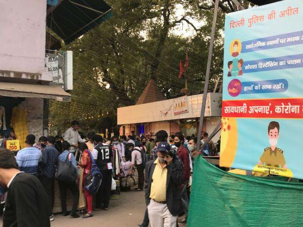 દિલ્હી પોલીસ લોકોને કોરોના પ્રોટોકોલનું પાલન કરવાની અપીલ કરી રહી છે.