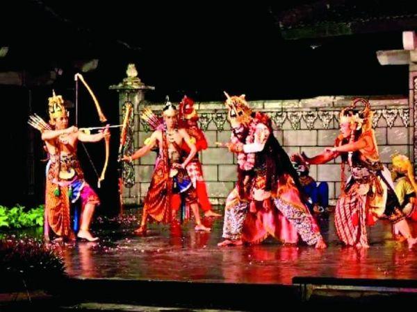 રામલીલામાં કુંભકર્ણનો વધ કરતા ભગવાન રામ. - Divya Bhaskar