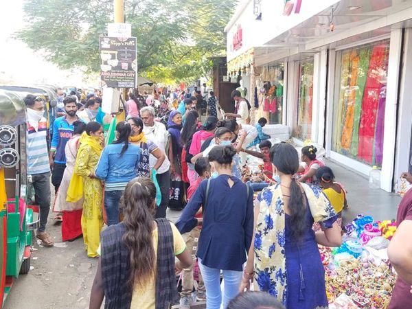 અંકલેશ્વરના ચૌટાબજારમાં દિવાળીના દિવસે પણ લોકોએ મન ભરીને ખરીદી કરી હતી - Divya Bhaskar