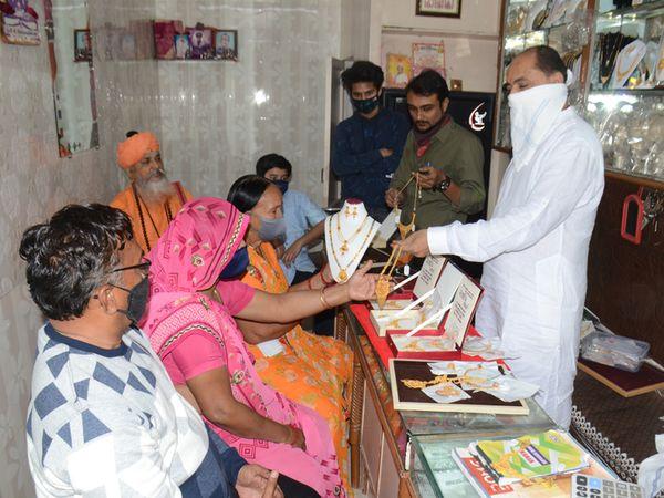 ધનતેરસના શુભમુહૂર્તમાં લોકોએ સિક્કા અને નાના આભૂષણોની ખરીદી કરી હતી - Divya Bhaskar