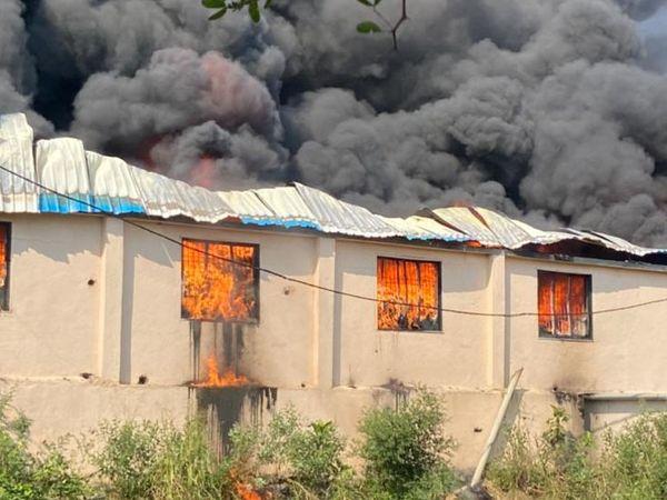 પ્લાસ્ટિક રો મટિરિયલમાં આગથી કાળો ધુમાડો ફરી વળ્યો હતો. - Divya Bhaskar