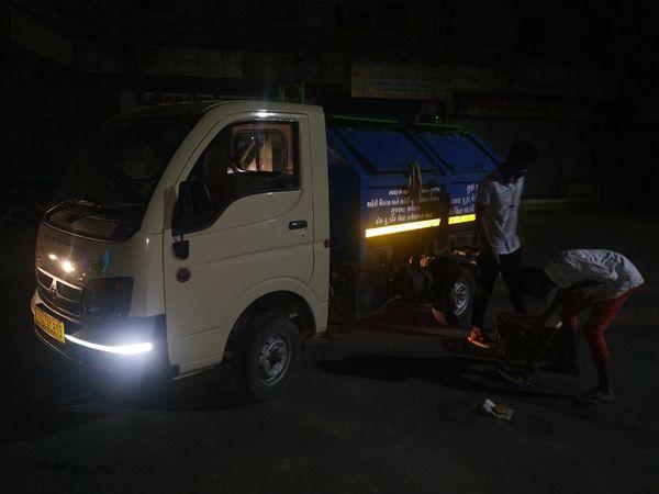 કાળી ચૌદશની રાત્રે માર્ગો અને ચોરાઓ પરથી અનાજ એકઠું કરી રહેલી ટીમ. - Divya Bhaskar