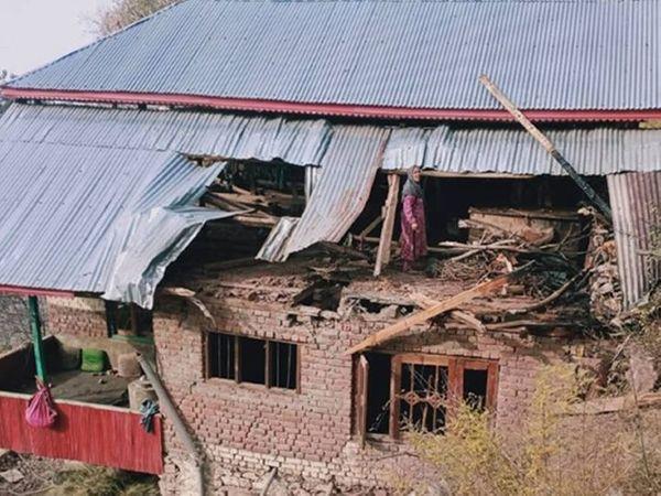 આ તસવીર ઉરી સેક્ટરની છે. અહીં એક ગામમાં પાકિસ્તાન તરફથી થયેલા ફાયરિંગમાં સ્થાનિક લોકોનાં ઘરને પણ નુકસાન થયું છે. - Divya Bhaskar