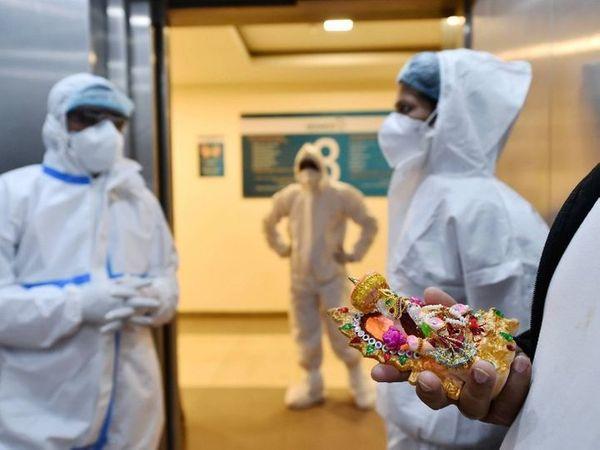 ફોટો નોઇડાની કોવિડ-19 હોસ્પિટલનો છે. અહીં શુક્રવારે દિવાળી પર કોવિડ-19 દર્દીઓ માટે વિશેષ પૂજાનું આયોજન કરવામાં આવ્યું હતું. - Divya Bhaskar