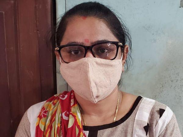 1 હજારની લાંચ લેતા ઝડપાયેલી મહિલા તલાટી હિરલ. - Divya Bhaskar