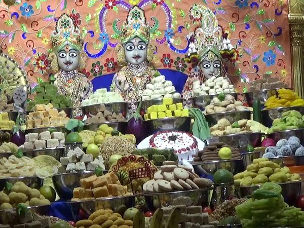 ગઢડા સ્વામિનારાયણ મંદિરમાં અન્નકૂટ દર્શન યોજાયા - Divya Bhaskar