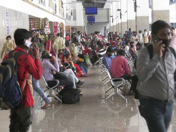 રાજકોટના બસ સ્ટેન્ડમાં મુસાફરોનો મેળાવડો જામ્યો - Divya Bhaskar