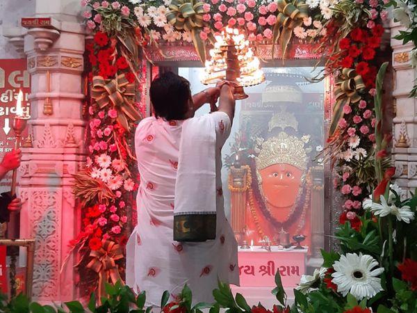 કોરોનાને પગલે ડભોડિયા હનુમાનજી મંદિરમાં ભક્તો વિના કાળિચૌદશની પૂજા આરાધના કરાઇ - Divya Bhaskar