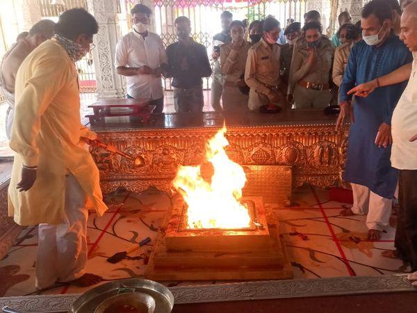 માણસા તાલુકાના સુપ્રસિદ્ધ યાત્રાધામ મહુડી ખાતે કાળીચૌદસના દિવસે પરંપરાગત રીતે હવન યોજાયો હતો. - Divya Bhaskar