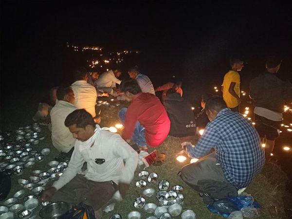 જુના સીહોરા નજીકથી પસાર થતી મહીસાગર નદીમાં 4000 દીપ પ્રગટાવી વહેતા મૂકાયા હતા. - Divya Bhaskar