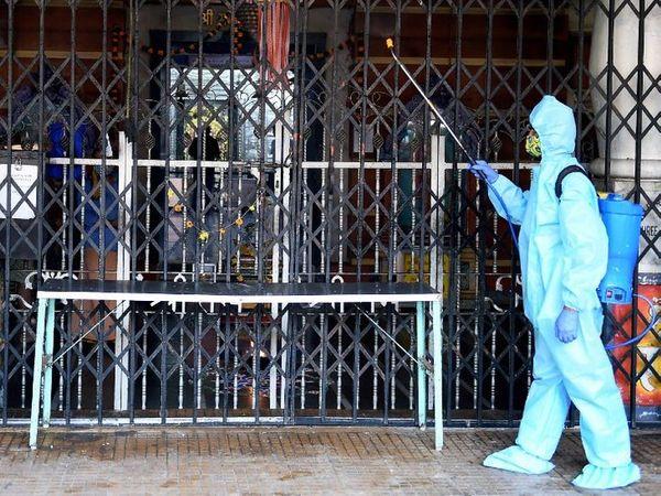 તસવીર મુંબઈની છે. અહીં સોમવારથી મંદિર અને અન્ય ધાર્મિક સ્થળ ખૂલી જશે. આ પહેલાં તમામ મંદિરોને સેનિટાઇઝ કરાયાં હતાં. - Divya Bhaskar