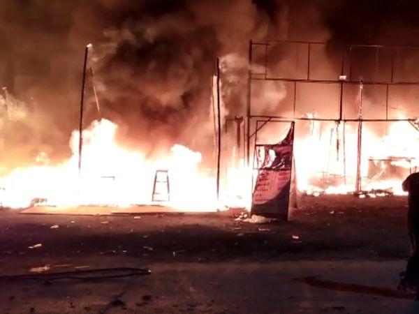 આગના કારણે ચાની કેન્ટીનમાં નુકસાન થયું. - Divya Bhaskar