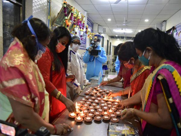 દર્દીઓને ઘર જેવો અનુભવ કરાવવા નર્સિંગ સ્ટાફે સાડી પહેરી દિવાળીની ઉજવણી કરી. - Divya Bhaskar