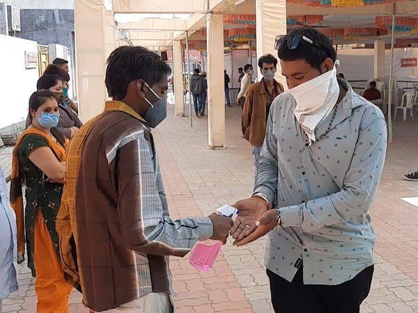 પ્રસાદ લેવા માટે આવતા તમામ લોકોને સેેનેટાઇઝર આપી હાથ સાફ કરાવવામાં આવતા હતા