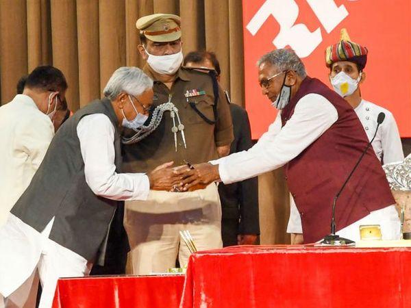 શપથ લીધા પછી રાજ્યપાલ ફાગુ ચૌહાણનું અભિવાદન કરતા મુખ્યમંત્રી નીતીશ કુમાર. - Divya Bhaskar