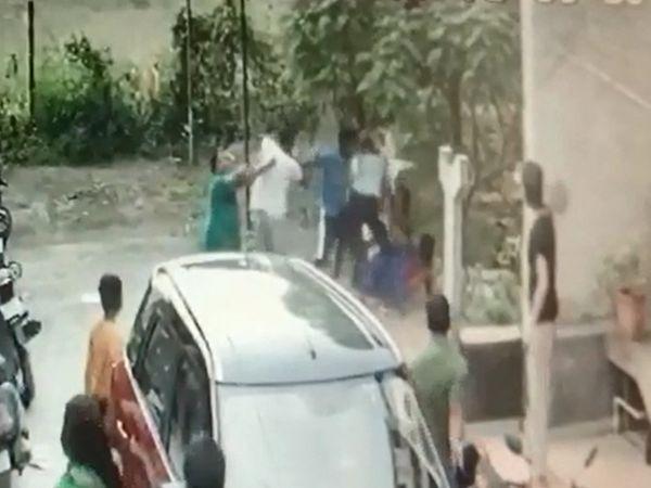 ગામ લોકોના ટોળાએ યુવક પર હુમ્લો કર્યો હતો - Divya Bhaskar