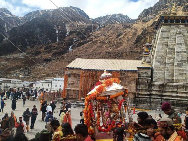 કેદારનાથ ધામમાં શિયાળાના સમયે હવામાન પ્રતિકૂળ બની જાય છે, જેને કારણે મંદિરનાં કપાટ બંધ કરી દેવાય છે. - Divya Bhaskar