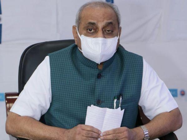 અમદાવાદ સિવિલ હોસ્પિટલમાં રિવ્યૂ બેઠક બાદ મીડિયાને સંબોધી રહેલા નાબય મુખ્યમંત્રી નીતિન પટેલ - Divya Bhaskar