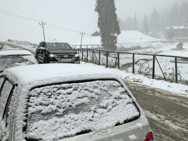 હિમવર્ષાને કારણે કાર પર બરફના થર જામી ગયા હતા - Divya Bhaskar