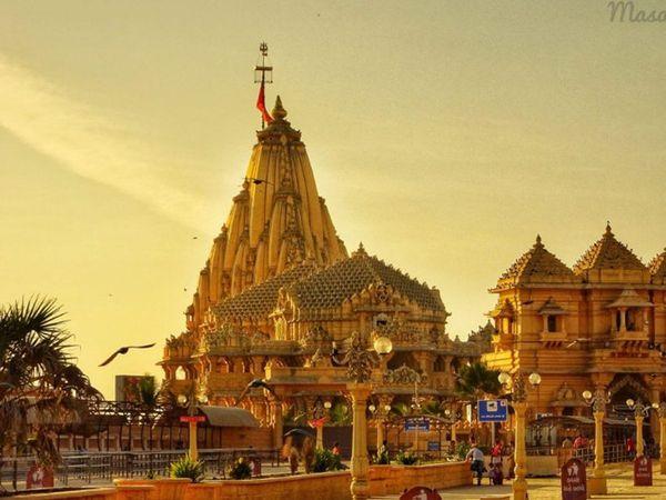 સોમનાથ મહાદેવ મંદિરે નવા વર્ષની પહેલી ધ્વજા ચડાવવામાં આવી - Divya Bhaskar
