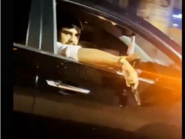 SG હાઇવે પર ચાલુ કારમાં ફાયરિંગ કરતા વ્યક્તિનો વીડિયો વાઇરલ થયો હતો - Divya Bhaskar
