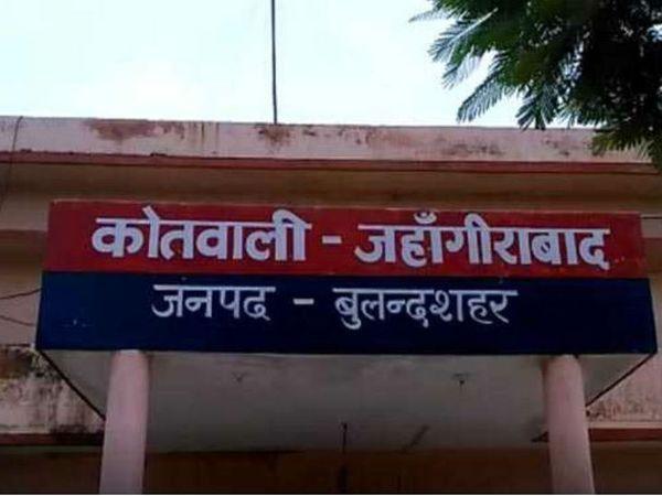 બુલંદશહેરમાં 24 કલાકની અંદર ગેંગરેપ પીડિતાના મોતનો આ બીજો કેસ છે. સોમવારે અનૂપશહર કોતવાલી વિસ્તારમાં એક ગેંગરેપ પીડિતાએ ફાંસી લગાવી હતી. - Divya Bhaskar