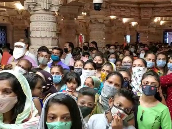 ખોડલધામ મંદિરમાં દર્શન માટે ભાવિકોની પડાપડી. - Divya Bhaskar