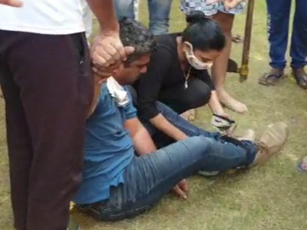 હુમલાખોરને બે દીકરાઓ અને સ્થાનિકોની મદદથી પકડીને બાંધી દેવામાં આવ્યો હતો. - Divya Bhaskar