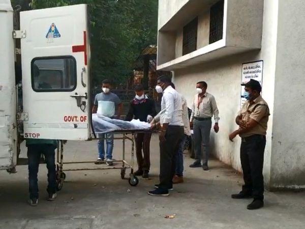 108 એમ્બ્યુલન્સમાં મૃતદેહોને સયાજી હોસ્પિટલમાં લવાયા હતા.