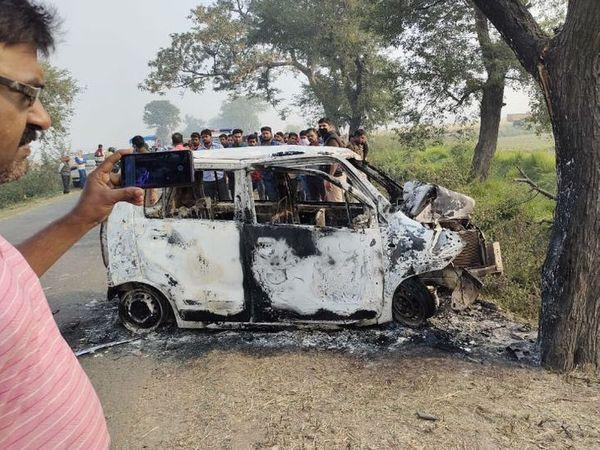 આ ફોટો પ્રયાગરાજનો છે. આગ લાગવાથી કાર બળીને રાખ થઈ ગઈ છે. તેમા મુસાફરી કરી રહેલા લોકોને બહાર નિકળવાની કોઈ તક મળી ન હતી - Divya Bhaskar