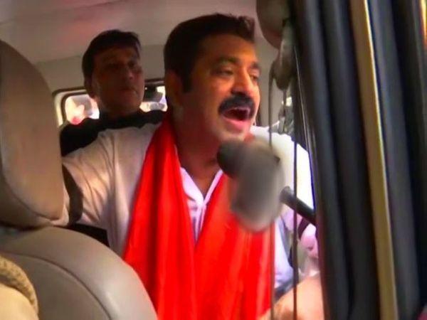 મુંબઈ પોલીસે રામ કદમને તેમના ઘરની બહારથી જ કસ્ટડીમાં લીધા. - Divya Bhaskar