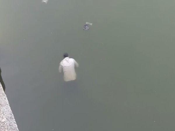 સુરવો નદીમાંથી મૃતદેહ મળ્યો - Divya Bhaskar