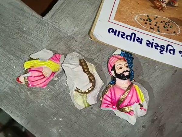 અસામાજિક તત્વોએ શિવાજીની મૂર્તિ તોડતા મરાઠી સમાજમાં રોષ ફેલાયો છે - Divya Bhaskar