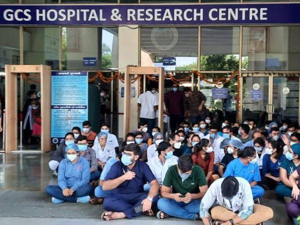રેસિડેન્ટ ડૉક્ટર્સને તેમની સ્પેશિયાલિટી સિવાયનું કામ સોંપવામાં આવ્યું - Divya Bhaskar