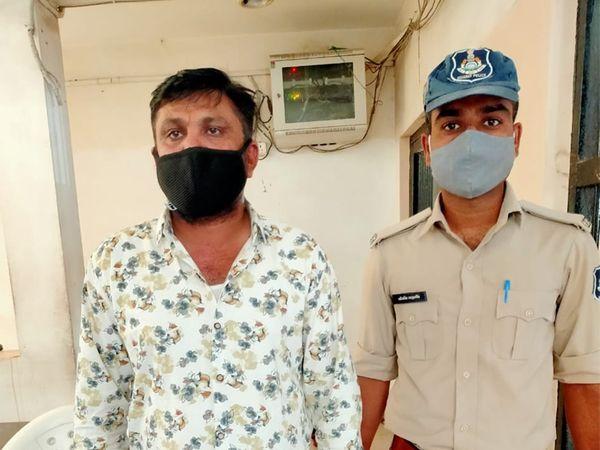 પોલીસ સાથે આરોપી વિરમ રબારી - Divya Bhaskar
