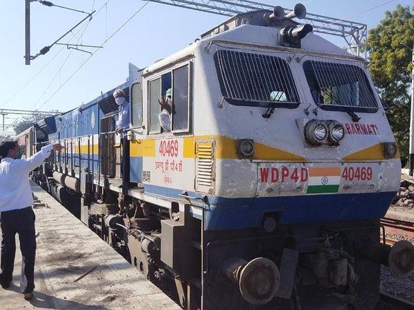 ડભોઇ ચાંદોદ રેલવે લાઈનનું કામકાજ પૂર્ણ થતાં ગુરુવારે ટ્રેક ઉપર સ્પીડ ટેસ્ટ લેવામાં આવ્યો હતો. જેમાં 130ની ક્ષમતાવાળા ટ્રેક પર 135 કિ.મી.ની ઝડપે એક કોચ સાથે એન્જિન દોડાવાયું હતું. - Divya Bhaskar